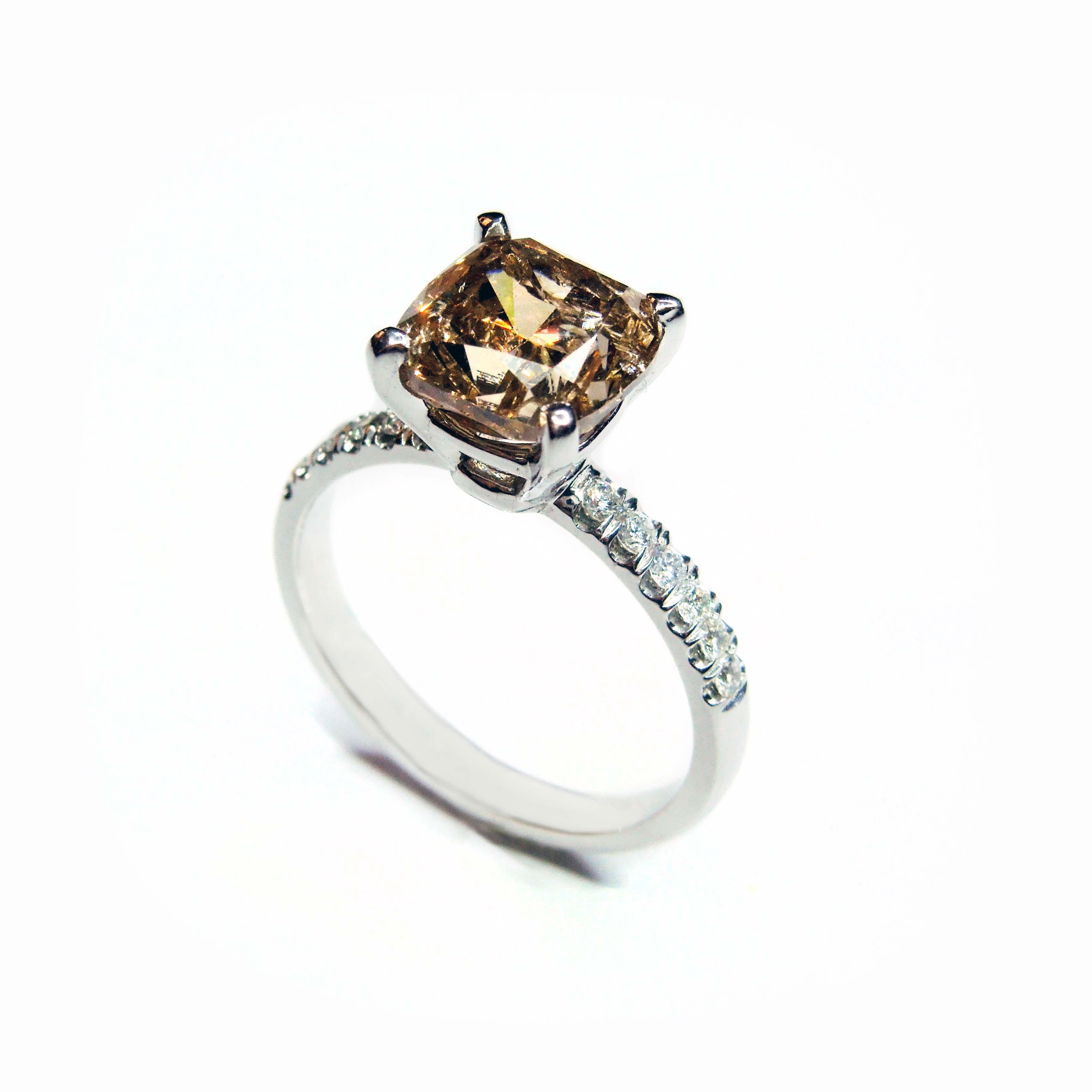 Prsten s Fancy Brown diamantem