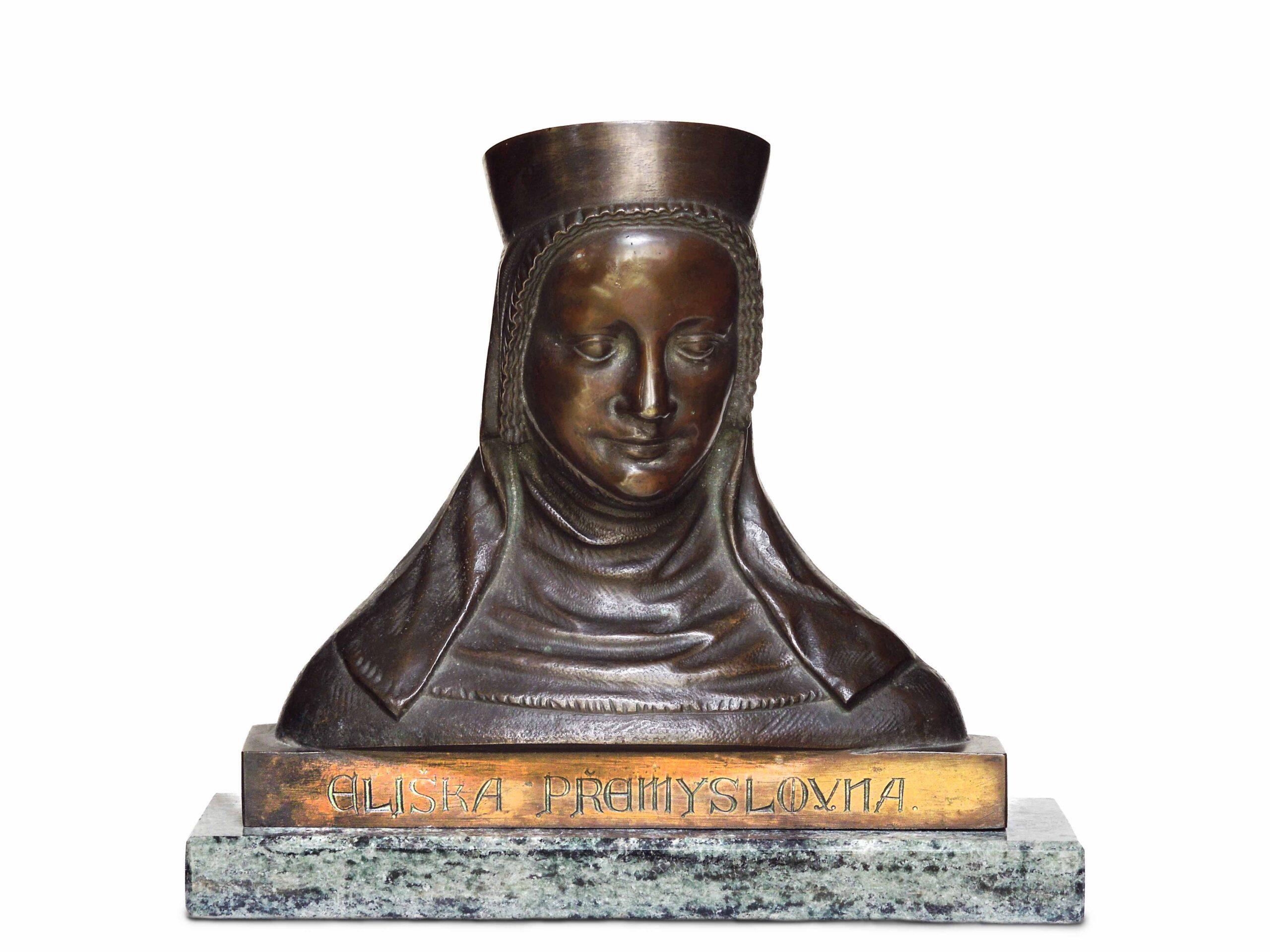 Eliška Přemyslovna pode busty Petra Parléře